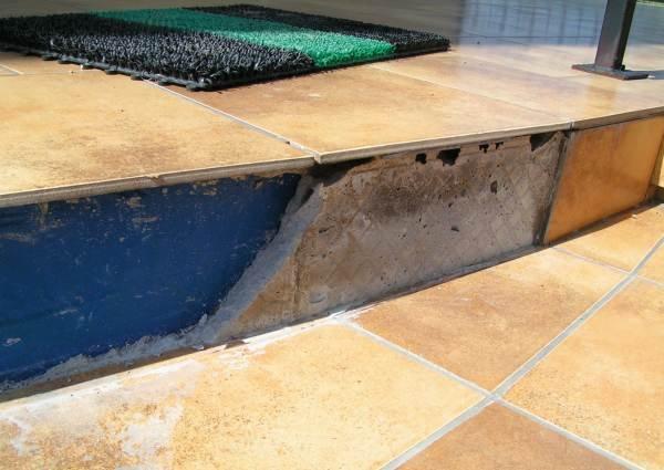 Fot. 8. Wyrównywanie podłoża (podstopnicy) bardzo grubą warstwą kleju i pozostawienie pustek powietrznych kończy się odspajaniem okładzin