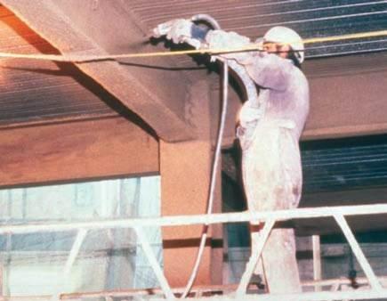 Fot. 5. Natryskowe nakładanie niereaktywnej powłoki ogniochronnej na konstrukcję stalową