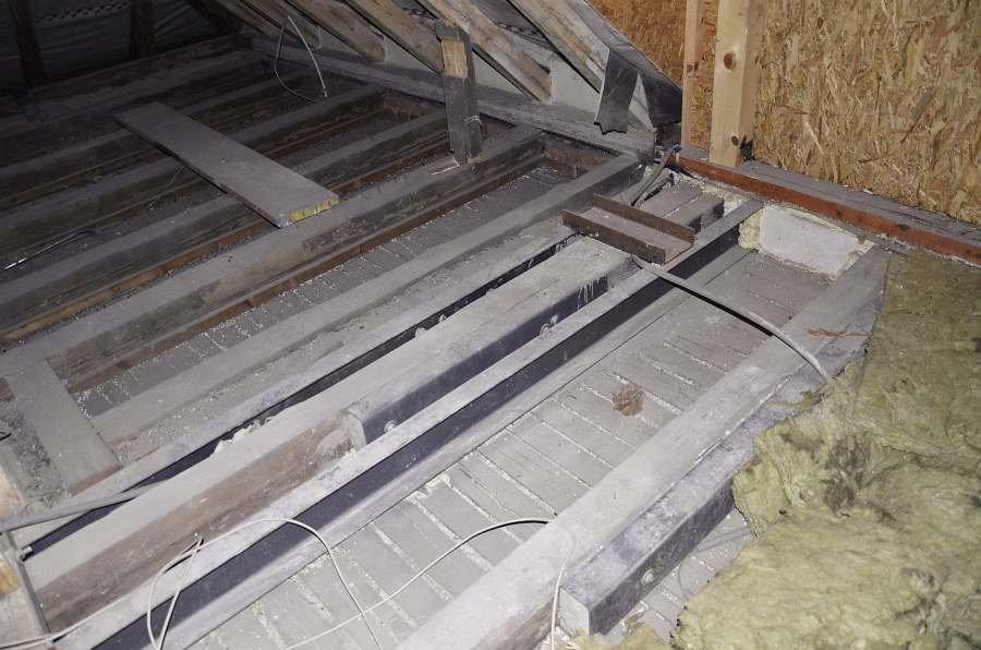 FOT. Wzmocnienie stropu drewnianego za pomocą stalowych belek; fot. archiwum autora (L. Dulak)