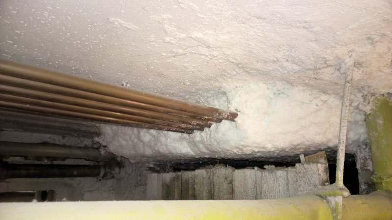 Fot. 20. Natryskowa termoizolacja z wełny mineralnej (w trakcie aplikacji); fot.: archiwum autora (A. Miros)