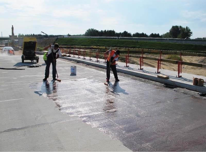 FOT. 1. Gruntowanie podłoża betonowego za pomocą żywicznego środka gruntującego