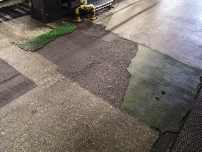 FOT. 2. Uszkodzenia posadzki betonowej w hali konfekcjonowania olejów i produktów ropopochodnych, w której poruszały się ciężkie wózki widłowe
