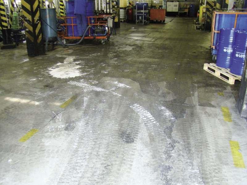 FOT. 3. Uszkodzenia posadzki betonowej w hali konfekcjonowania olejów i produktów ropopochodnych, w której poruszały się ciężkie wózki widłowe