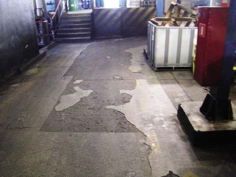 FOT. 4. Uszkodzenia posadzki betonowej w hali konfekcjonowania olejów i produktów ropopochodnych, w której poruszały się ciężkie wózki widłowe