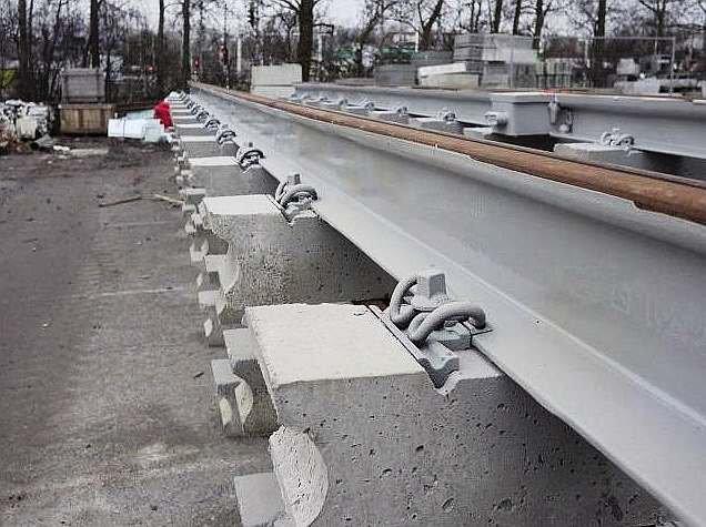 FOT. 10. Zabezpieczenie szyny jezdnej torowiska przed upływem prądów błądzących; fot.: archiwum autora (K. Knop)