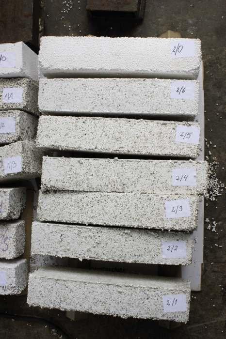 FOT. 1. Różne warianty płyt wykonanych z hybrydowego materiału termoizolacyjnego (HMT) będącego kompozytem styropianu i włókien celulozy pochodzących z recyklingu, które zostały przygotowane na potrzeby badawcze.