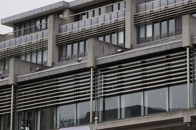 FOT. 10. Łamacze światła na budynku biurowym (Londyn); fot.: archiwum J. Żurawskiego