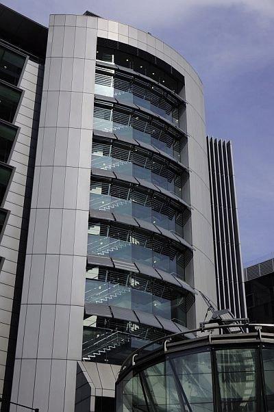 FOT. 7. Łamacze światła na budynku biurowym (Londyn)