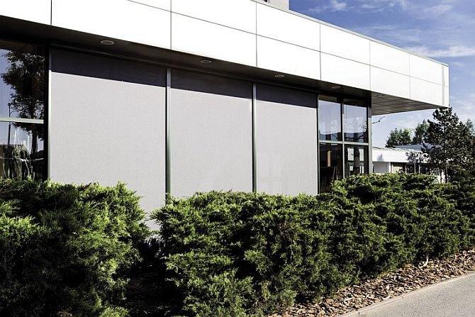 FOT. 12. Osłony przeciwsłoneczne (zwane markizami, skrinami lub refleksolami) na budynku biurowym