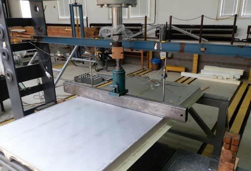 Fot. 2–3. Płyta warstwowa z jedną okładziną sztywną (na dole) i okładziną z papieru aluminiowego (na górze) podczas badań doświadczalnych: zginanie płyty (2), pomarszczenie okładziny profilowanej (3)