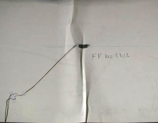 Fot. 6–7. Zniszczenie płyty warstwowej przez pomarszczenia: w warunkach laboratoryjnych (6), pomarszczenie i odspojenie okładziny płyty dachowej wywołane oddziaływaniem temperatury (7)