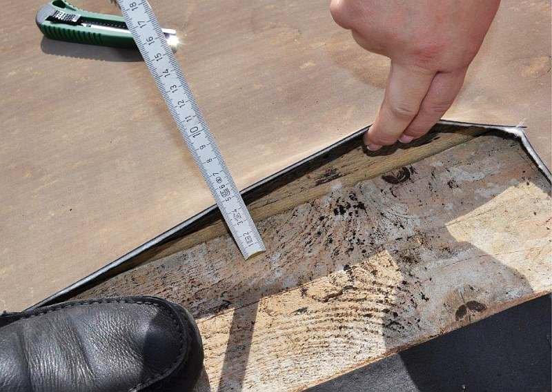 FOT. 4. Odkrywka kontrolna nr 3 – lokalne ugięcie deskowania konstrukcji dachu; fot. archiwa autorów (P. Krause, T. Steidl)