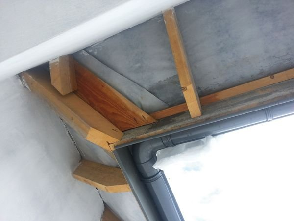 FOT. 1. Pierwsza zima po wybudowaniu dachu. Kosz, krokwie i deski czołowe są mokre. Są to skutki ignorowania konieczności szczelnego układania warstwy wstępnej (MWK) uszczelniającej pokrycie zasadnicze. Wykonawca nie wie, w jakim celu montuje się MWK