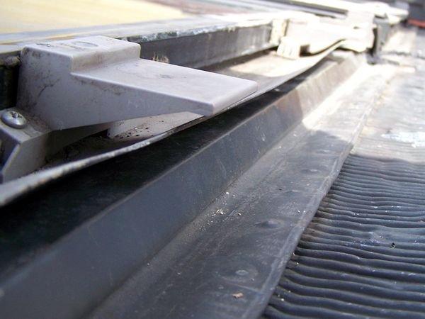 FOT. 11. Ten sam dach, co na FOT. 6, 9–10. Po zdjęciu dolnej osłony okna można zobaczyć, jak jego konstrukcja wpływa na zalecany minimalny kąt nachylenia. Przy kątach mniejszych niż 15° woda spływa po widocznym pasie uszczelki gumowej do wewnątrz okna