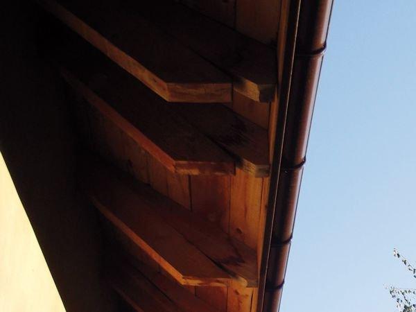 FOT. 2. Dach po pierwszej zimie. Pokryciem jest tutaj dachówka uszczelniona papą. Wadliwe wykonanie okapu powoduje, że skropliny i przecieki spływają po wewnętrznej stronie deski czołowej i końce krokwi są zawsze mokre. Papa nie spełnia swojej funkcji