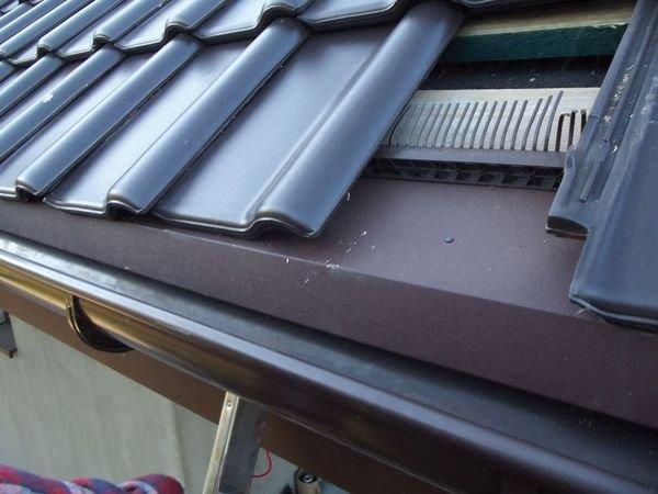 FOT. 3. Dach z FOT. 2. Papa na deskowaniu kończy się za deską czołową. Element wentylacyjny podtrzymuje dachówki, ale podniesiony pas dorynnowy zasłania wlot. Wentylacji pokrycia nie ma, ponieważ powietrze nie ma odpowiednio dużego wlotu