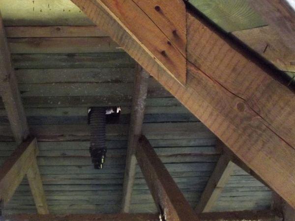 FOT. 4. Dach z FOT. 2. Kominek odpowietrzający nie jest szczelnie połączony z papą. Przez dziurę wokół niego będą spływać do środka skropliny i woda pośniegowa