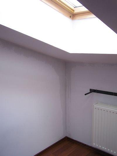 FOT. 6. Takie zacieki na ścianach z oknami dachowymi mogą mieć różne przyczyny, jednak najczęściej powstają z wody spływającej po wewnętrznej stronie paroizolacji i są sygnałem istnienia przecieków wokół okien. Kąt nachylenia dachu wynosi ok. 15°;