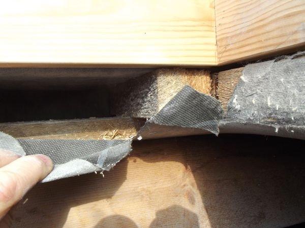 FOT. 7. Wyłaz dachowy jest najczęściej pozbawiony szczelnego połączenia z warstwą uszczelniającą pokrycie zasadnicze. Na tym dachu MWK jest podwinięta, ale narożniki nie są uzupełnione dodatkowymi wkładkami i będą wpuszczały skropliny do środka