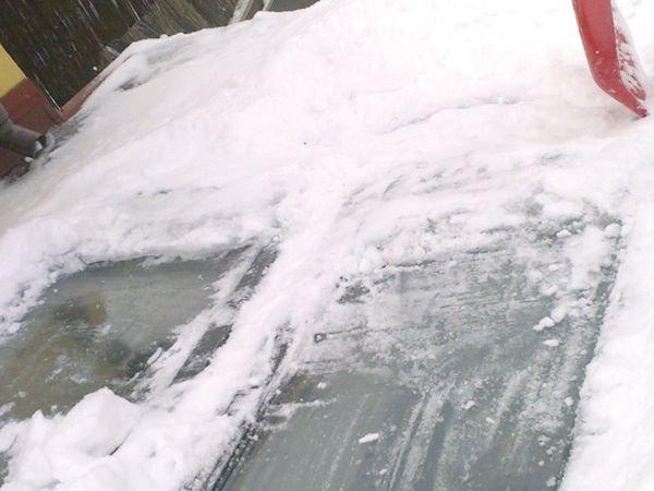 FOT. 9. Okno budynku z FOT. 6. Kąt nachylenia dachu ok. 15° powoduje, że każdy większy śnieg zagraża szczelności okna. Konieczne odśnieżanie nie usuwa całkowicie zagrożenia. Śnieg topi się od dołu i dostaje się do wnętrza