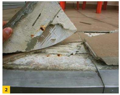 FOT. 2. Główną przyczyną uszkodzeń jest niewłaściwe zastosowanie obróbki blacharskiej okapu