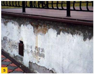 FOT. 5. Uszkodzenia ścian na skutek przecieków w strefie okapu