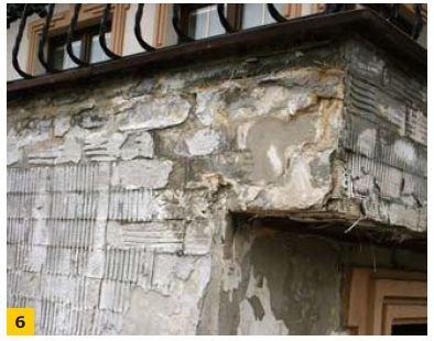 FOT. 6. Uszkodzenia ścian na skutek przecieków w strefie okapu