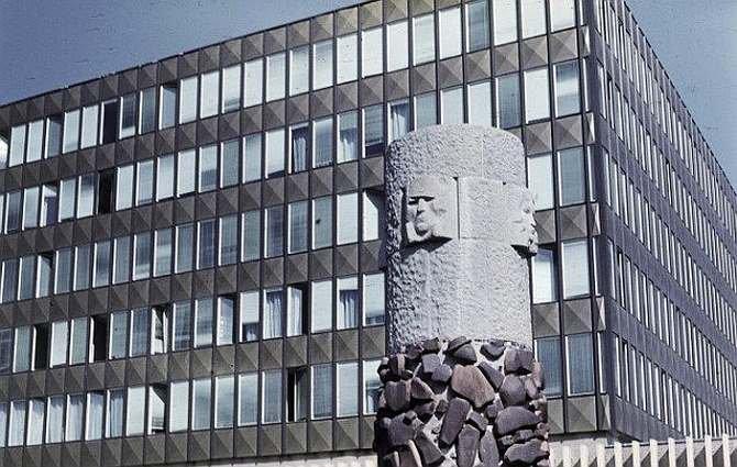 Budynek z lekką obudową z początku okresu realizacji tego typu rozwiązań - budynek ZSL w Warszawie