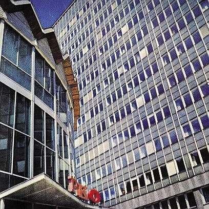 Budynek z lekką obudową z początku okresu realizacji tego typu rozwiązań - budynek Ministerstwa Handlu Zagranicznego Uniwersal w Warszawie