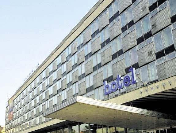 Budynek z lekką obudową z początku okresu realizacji tego typu rozwiązań - hotel Cracovia w Krakowie
