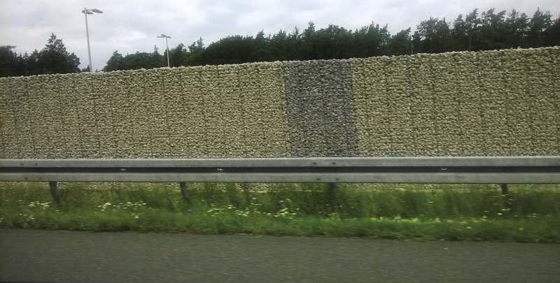 FOT. 4. Wygłuszające gabiony wzdłuż autostrady, Niemcy