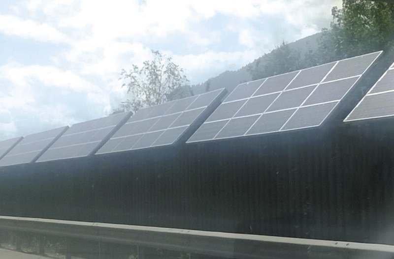 FOT. 5. Hybrydowe ekrany akustyczne (zestawy solarne), Włochy