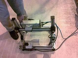 FOT. 7–9. Widok: badania chropowatości powierzchni betonowej warstwy podkładowej nieniszczącą metodą optyczną (7), badania nieniszczącą metodą odpowiedzi na impuls (8), badania nieniszczącą metodą młoteczkową (9)