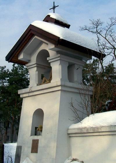 Fot. 3. Dach kapliczki z tej samej miejscowości co dachy z fot. 1–2. Brak sopli wynika z braku ogrzewania od spodu pokrycia
