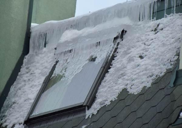 Fot. 4. Dolna część dachu mansardowego budynku z poddaszem mieszkalnym. Konstrukcja dachu ma wiele wad: mostki termiczne i przewiewy (związane z nieszczelną paroizolacją). Brak wentylacji spowodował, że nawet w czasie niezbyt mroźnej zimy powstaje duże.