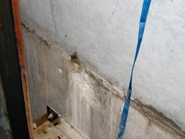 Fot. 5. Wady betonowania dolnej części szybu windy, widoczne wycieki rdzy i soli wapnia
