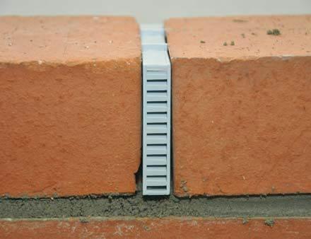 Fot. 7. Montaż puszki wentylacyjnej w murze