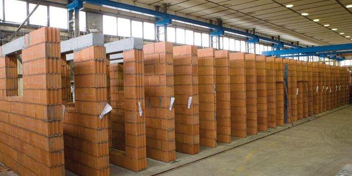 FOT.Ceramiczne ściany prefabrykowane na hali produkcyjnej; fot.: [10]