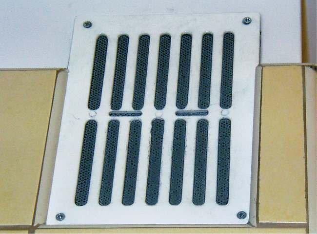 FOT. 2. Brak możliwości zapewnienia odpowiedniej wymiany powietrza z powodu zastosowania kratek wentylacyjnych z dodatkową siatką zabezpieczającą; fot.: [8]