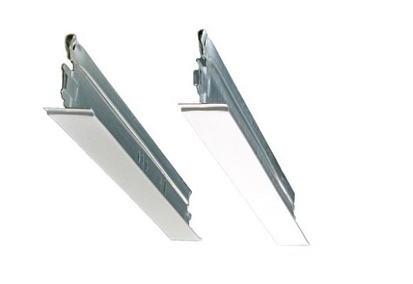 Standardowa konstrukcja vs nowa konstrukcja Matt White 11. Unikalna powierzchnia konstrukcji Matt White 11 w łatwy sposób zmniejsza wizualną różnicę pomiędzy nią a białymi płytami. Fot. Rockfon