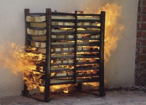 FOT. 1. Normowy stos drewna podczas badania NRO przy działaniu ognia od strony zewnętrznej budynku Archiwum autorki