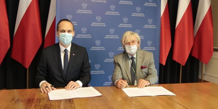 Od lewej: wiceminister infrastruktury Rafał Weber oraz prezes Stowarzyszenia Polski Kongres Drogowy (PKD) Zbigniew Kotlarek, fot. MI