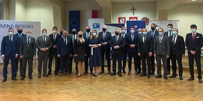 Wicepremier Jarosław Gowin, wiceministrowie Anna Kornecka i Andrzej Gut-Mostowy oraz przedstawiciele KZN podczas konferencji prasowej w Brzesku, fot. MRPiT