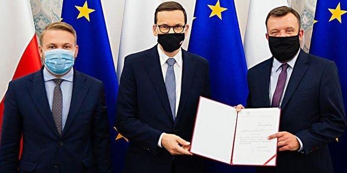 Od lewej: Marek Chibowski, premier Mateusz Morawiecki oraz Michał Mistrzak – nowy Główny Inspektor Ochrony Środowiska, fot. MKiŚ