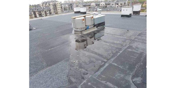 Fot. 1. Papa ułożona na spadkach z wylewki betonowej – widoczne zastoiny wody